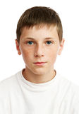 Retrato del muchacho serio con las pecas Foto de archivo