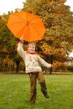 Retrato del muchacho sonriente en parque del otoño. Foto de archivo libre de regalías