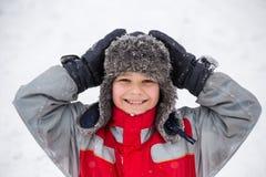 Retrato del muchacho sonriente en ropa del invierno imagenes de archivo