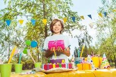 Retrato del muchacho sonriente feliz con el regalo de cumpleaños Fotos de archivo libres de regalías