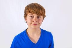 Retrato del muchacho sonriente feliz con la camisa azul Fotografía de archivo