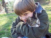 Retrato del muchacho y del gato Foto de archivo libre de regalías