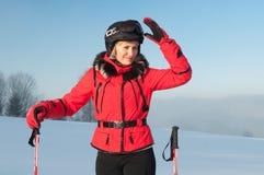 Retrato del mujer-esquiador en chaqueta roja Fotografía de archivo