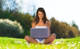 Retrato del mujeres con un ordenador portátil Imagenes de archivo