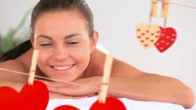 Retrato del mujeres hermosas en el balneario con los corazones para el día de San Valentín almacen de video