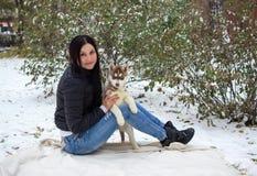 Retrato del mujeres jovenes con perritos fornidos imagen de archivo