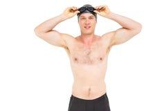 Retrato del nadador que sostiene gafas de la natación Imágenes de archivo libres de regalías