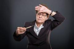 Retrato del negocio mayor teniendo fiebre que sostiene el termómetro imagen de archivo