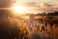 Retrato del niño al aire libre de la muchacha en el campo de arroz al aire libre asiático de arroz Foto de archivo libre de regalías