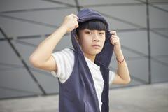 Retrato del niño asiático fresco que presenta al aire libre Foto de archivo libre de regalías
