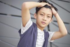 Retrato del niño asiático fresco que presenta al aire libre Fotos de archivo libres de regalías
