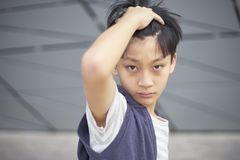 Retrato del niño asiático fresco que presenta al aire libre Fotos de archivo