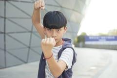 Retrato del niño asiático fresco que presenta al aire libre Imagenes de archivo