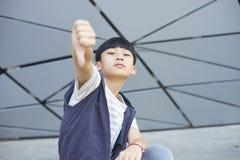 Retrato del niño asiático fresco que presenta al aire libre Imagen de archivo