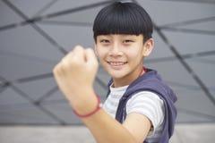 Retrato del niño asiático fresco que presenta y que sonríe al aire libre Fotografía de archivo