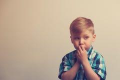 Retrato del niño caucásico pensativo Foto de archivo libre de regalías
