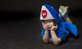 Retrato del niño con el traje del tiburón del bebé en estudio Fotos de archivo