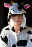 Retrato del niño con los pijamas de la vaca Fotos de archivo