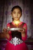 Retrato del niño de la muchacha que lleva a cabo dar la bienvenida de la placa del rezo imágenes de archivo libres de regalías