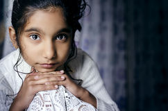 Retrato del niño de la muchacha que presenta para la cámara imagenes de archivo