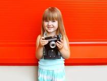 Retrato del niño de la niña con la cámara retra vieja del vintage Imagen de archivo libre de regalías