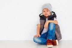 Retrato del niño de moda cerca de la pared Imagen de archivo