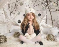 Retrato del niño en el fondo blanco del invierno Imagen de archivo libre de regalías