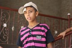 Retrato del niño en la calle en Giza, Egipto Foto de archivo