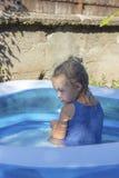 Retrato del niño en piscina Imagen de archivo