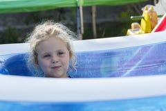 Retrato del niño en piscina Imagen de archivo libre de regalías
