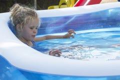 Retrato del niño en piscina Foto de archivo