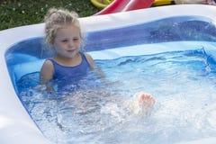 Retrato del niño en piscina Fotografía de archivo