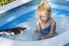 Retrato del niño en piscina Foto de archivo libre de regalías