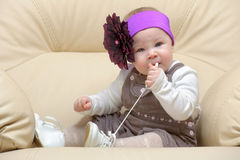 Retrato del niño en silla que roe un cordón Fotografía de archivo