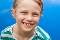 Retrato del niño feliz al lado de la piscina Imagen de archivo