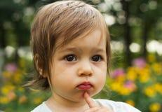 Retrato del niño lindo que piensa en el parque Fotografía de archivo