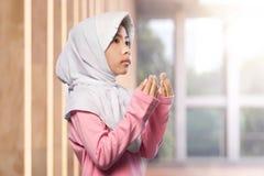Retrato del niño musulmán asiático que aumenta la mano y que ruega Fotos de archivo