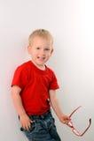 Retrato del niño pequeño de moda con los vidrios foto de archivo