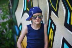 Retrato del niño pequeño de moda en gafas de sol Foto de archivo
