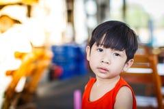 Retrato del niño pequeño en detalle del restaurante Fotos de archivo