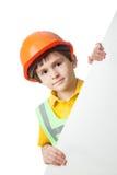 Retrato del niño pequeño en el casco de protección con la cartelera Fotografía de archivo libre de regalías