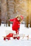 Retrato del niño pequeño hermoso que se divierte en parque del invierno Fotos de archivo libres de regalías