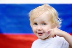 Retrato del niño pequeño lindo con la bandera rusa en fondo Imágenes de archivo libres de regalías