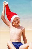 Retrato del niño pequeño lindo en el sombrero de Papá Noel Imagenes de archivo