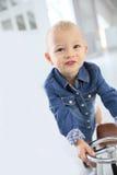 Retrato del niño pequeño que conduce el coche retro Imágenes de archivo libres de regalías