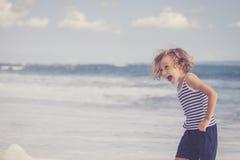 Retrato del niño pequeño que se coloca en la playa Fotografía de archivo