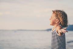 Retrato del niño pequeño que se coloca en la playa Imagen de archivo