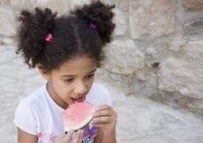 Retrato del niño que come una sandía dulce Imagen de archivo