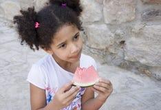 Retrato del niño que come una sandía dulce Foto de archivo libre de regalías