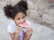 Retrato del niño que come una sandía dulce Imágenes de archivo libres de regalías